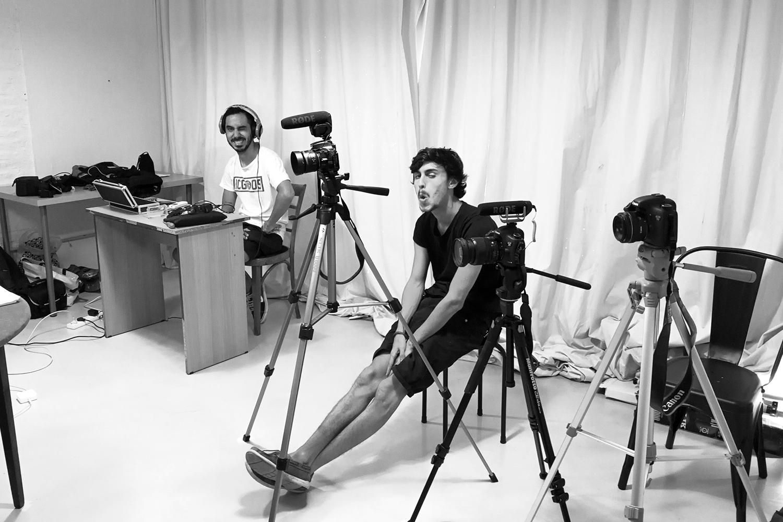 Chicos con equipo de filmación
